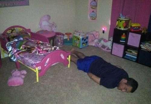 Уснувшие в самых неожиданных местах (15 фото)