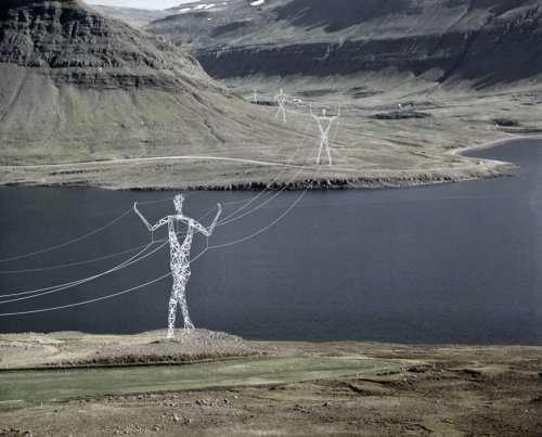 Гигантские статуи людей вместо опор ЛЭП на просторах Исландии (4 фото)