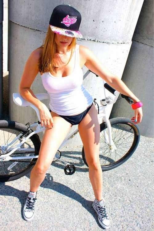 Привлекательные девушки на велосипедах (28 фото)