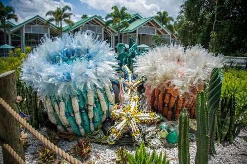 Скульптуры морских обитателей из пластикового мусора, прибитого к берегу (14 фото)