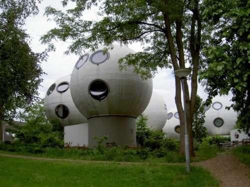 Необычные дома в форме шаров в Нидерландах (10 фото)