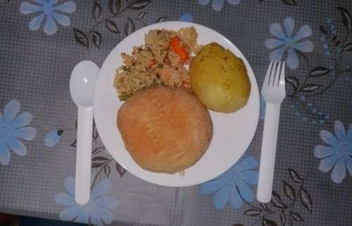 Как выглядит обед у детей в разных уголках планеты (10 фото)