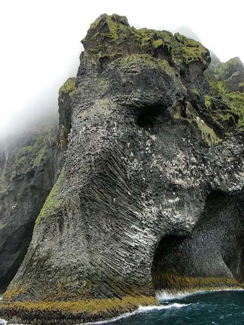 Скала в форме слона на острове Хеймаэй (3 фото)