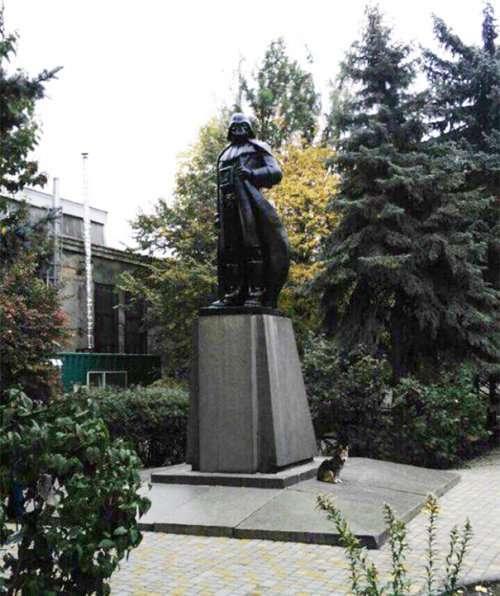 Из Ленина — в Дарта Вейдера: в Одессе появился уникальный памятник (4 фото)