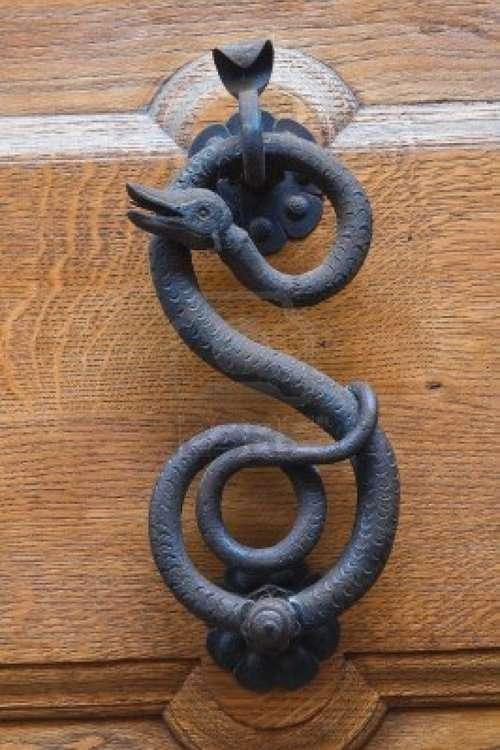 Необычные дверные ручки, молотки и кольца (17 фото)