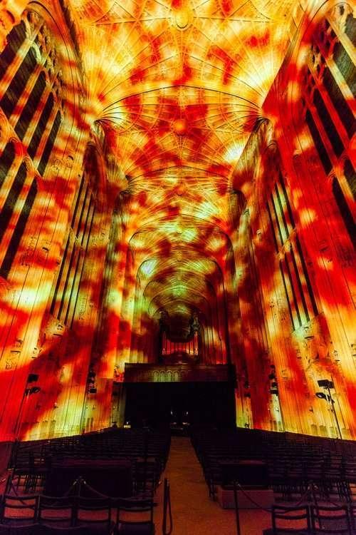 Интерьер Часовни Королевского колледжа в Кембридже превратился в звёздное небо (8 фото + видео)