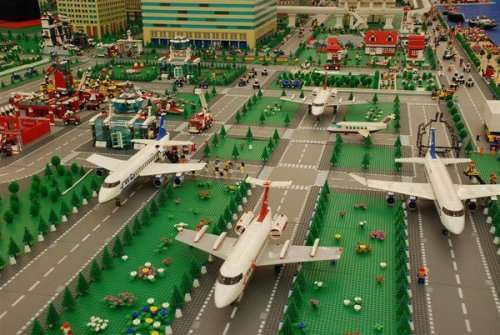 Невероятные сооружения, построенные из LEGO (12 фото)