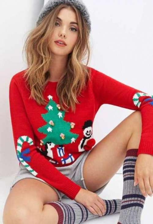 Девушки из соцсетей в рождественских свитерах (24 фото)