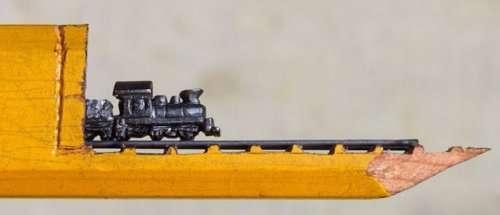 Крошечный поезд внутри карандаша (10 фото)