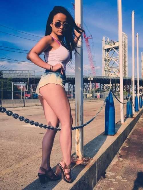 Соблазнительные девушки в коротких шортиках (35 фото)