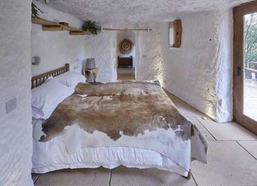 Уютный дом в скале для настоящего отшельника (6 фото)