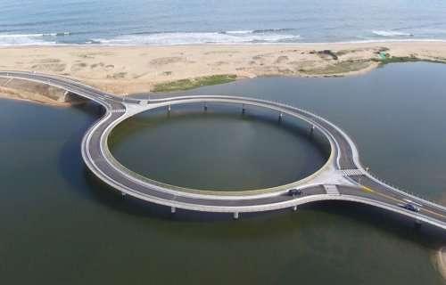 Необычный круглый мост с пешеходной зоной в Уругвае (5 фото)