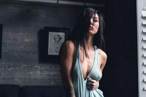Девушки с соблазнительной грудью (24 фото)